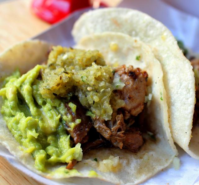 Tacos de carnitas, meus favoritos, são recheados com carne de porco, cebola, coentro, limão, guacamole e salsa verde