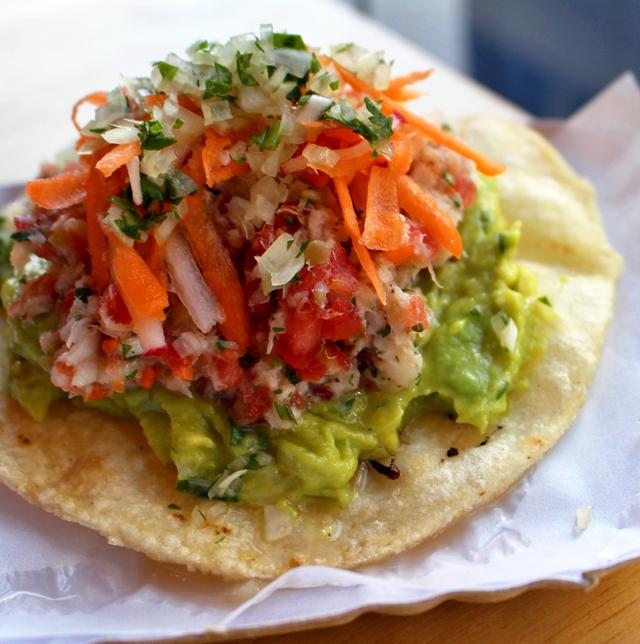 Tostada de ceviche colimeño: a crocância da base mescla-se ao caldo fresco do ceviche preparado com peixe cortado em pedaços minúsculos, cenoura, tomate, chili e uma pitada de azeitona