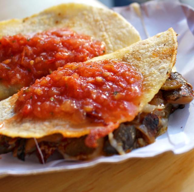 Quesadilla de Temporada, recheada com queijo derretido e cogumelos refogados com cebola, alho, mastruz e chili