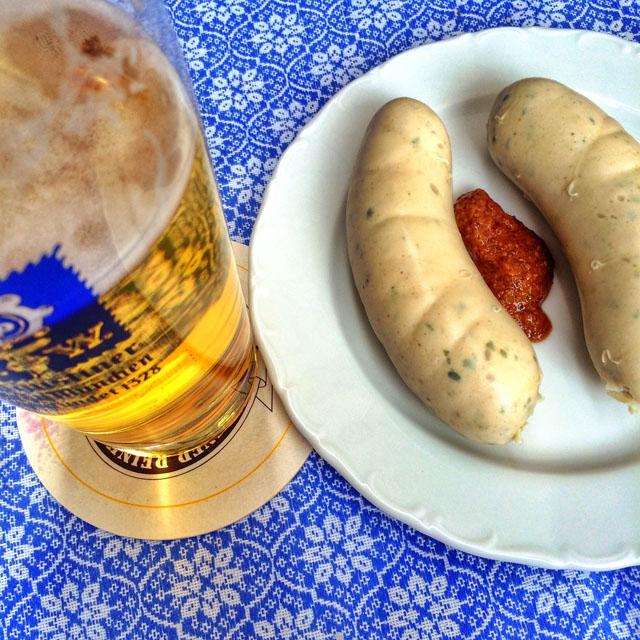 Cerveja e salsichão: combinação tão, mas tão bávara!