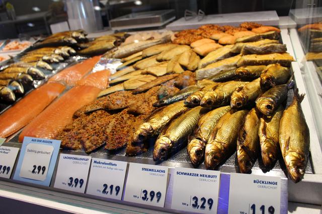 Vitrine de peixes defumados na Fisch-witte, no meio do Victuals Market
