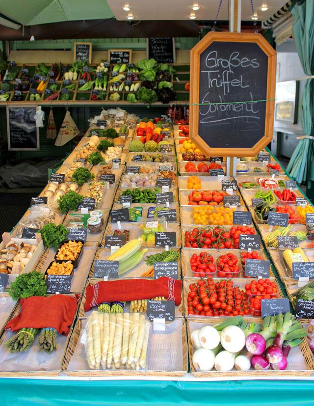 Banca de frutas e legumes no delicioso Virktualmaker, mercado de produtores que rola diariamente