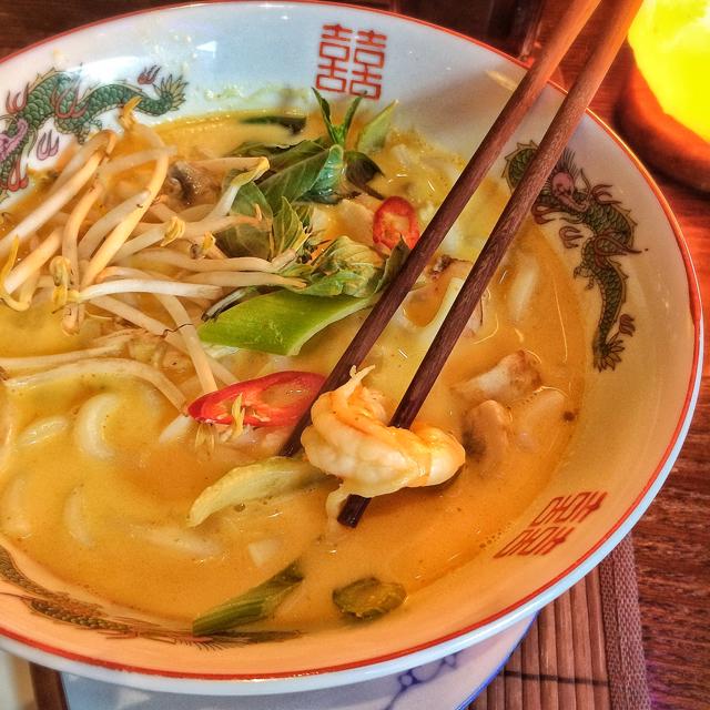 Noodle de tapioca com molho de leite de coco, manjericão, erva doce + cogumelos, camarões, frango e vieiras no Jack Glockenbach, restaurante vietnamita bom, bonito, pagável