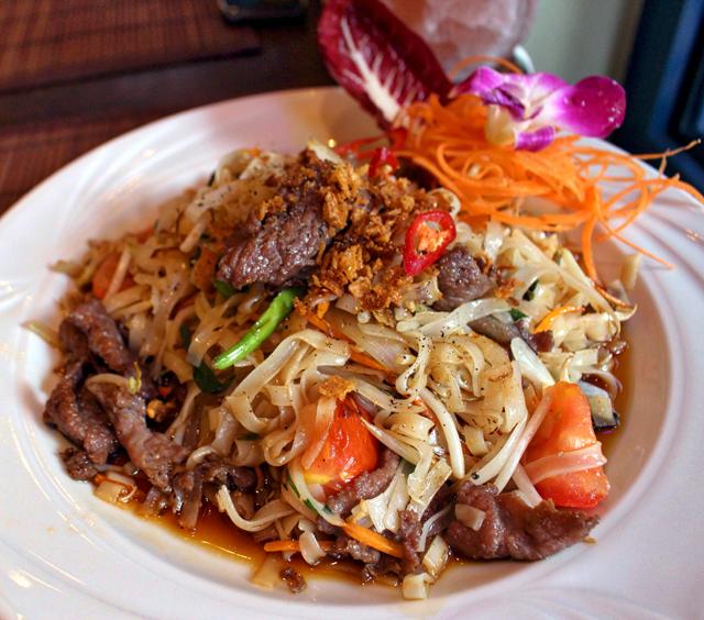 Rice noodle com filé, alho vietnamita, tomates cereja, vegetais e molho da casa no Jack Glockenbach