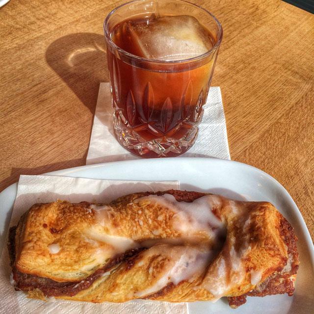 Cold brew com grãos da Etiópia torrados nesta linda e exceleeeeente cafeteria. Cuidado máximo a todos os detalhes, como o gelo grande no copo, para evitar aguar o café (quanto maior o gelo, mais lentamente derrete). Para acompanhar, macio pão de nozes no Mahlefitz Münchner Präzisionskaffee