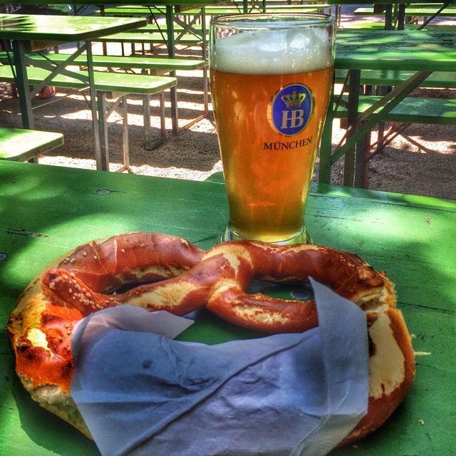 Domingão de sol, perfeito pra turistar. Primeira parada, biergarten Chinesischer Turm: cerveja e pretzel tamanho XXL