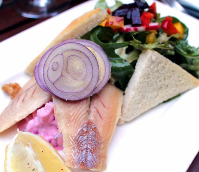 Salada de beterraba e maçã Granny Smith com truta selvagem defumada, curry, mel e queijo de cabra no Weinstube Baldreit