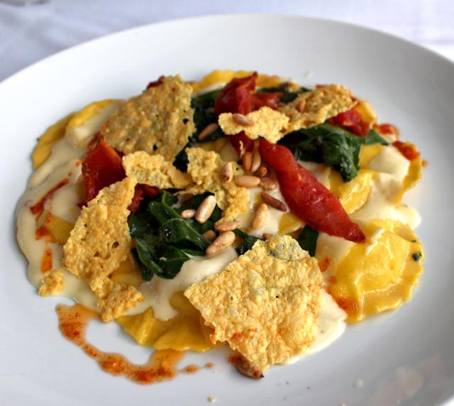 Tortelli de Cacciocavalo ao molho de espinafre, tomate assado, pinoli e Grana Padano crocante (R$ 59)