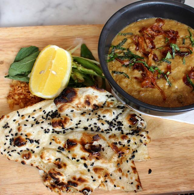 Haleem, do Dishoom: cordeiro cozido oito horas em grão de bico, cevada e lentilhas com pimentas verdes, gengibre, cebolas fritas e hortelã e servido com naan de gergelim