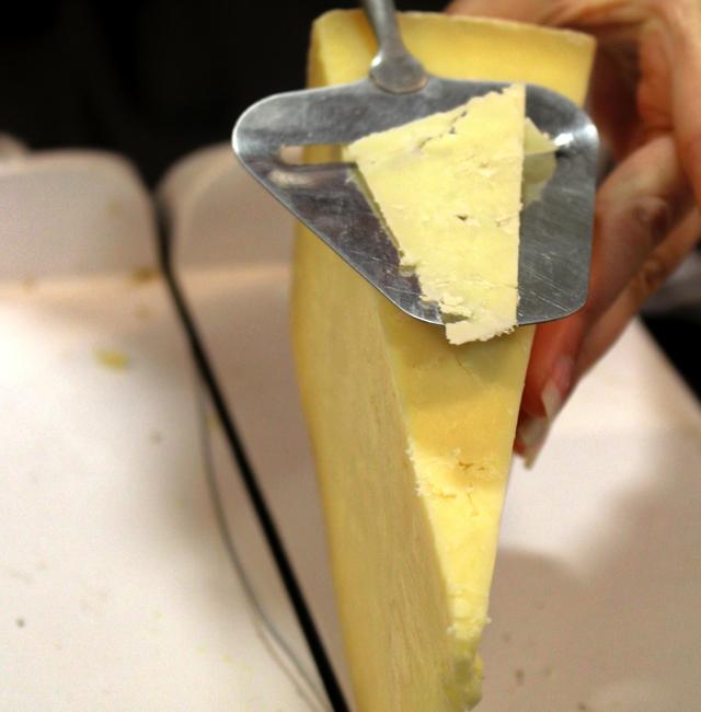 Cheddar - os  reais, não aquelas coisas laranjas que parecem plástico - numa das melhores lojas de queijos de Londres, a Paxton & Whitifield
