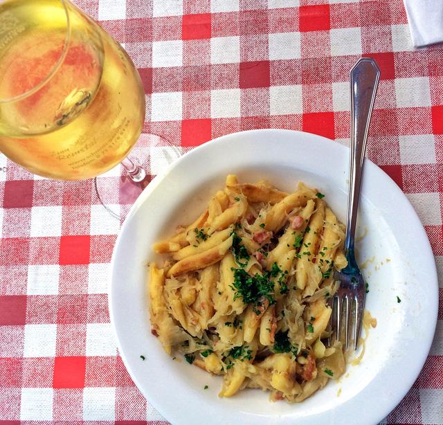 Mais uma das receitas servidas na Stuttgarter Weindorf: schwäbische krautschupfnudeln, ou seja, massa típica da região com repolho e bacon