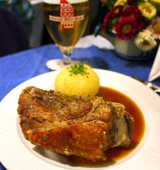 Pork shoulder assado oito horas (uma das melhores carne de porco ever) e kloss, bola de batata com amido de milho, Albrecht-Dürer-Stube, em Nuremnerg