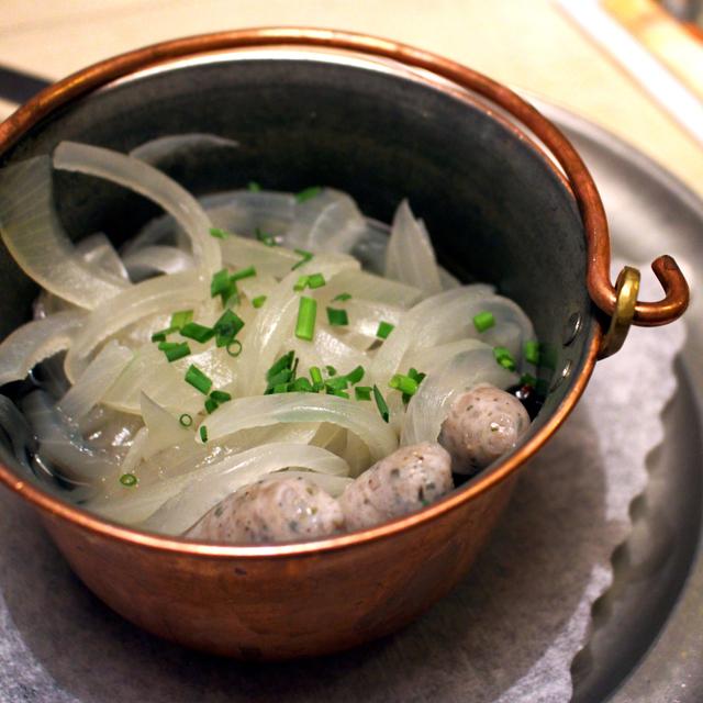 Também na Bratwurst Häule, outra forma de servir a salsinha de Nuremberg: fervidas em vinho branco da Francônia, com cebolas e vinagre