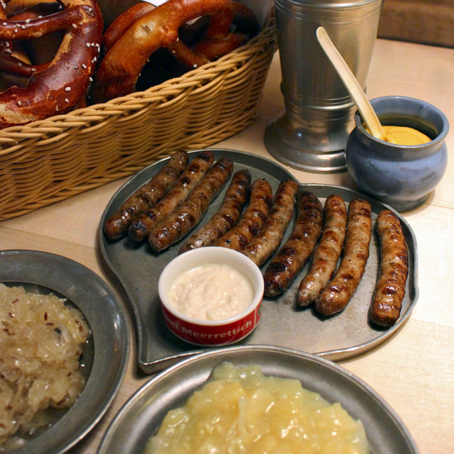 As salsichas mais famosas de Nuremberg, na Bratwurst Häule. Aqui, acompanhada de salada de batatas, horseradish e meus amados pretzels