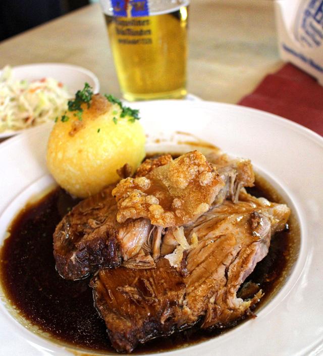 Pork Shoulder - ombro de porco - tenríssimo, assado e servido ao molho de cerveja escura na Augustiner Klosterwirt