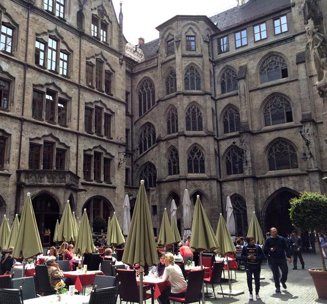 Café no centro da antiga sede da prefeitura de Munique. Atualmente, no espaço, funcionam lojas, museu e o serviço de ajuda ao turista