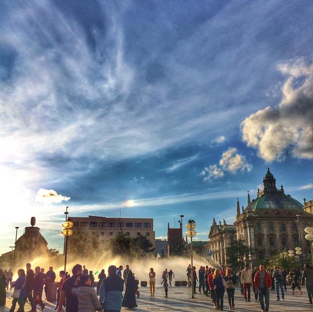 Entardecer em Marienplatz, uma das áreas mais movimentadas de Munique