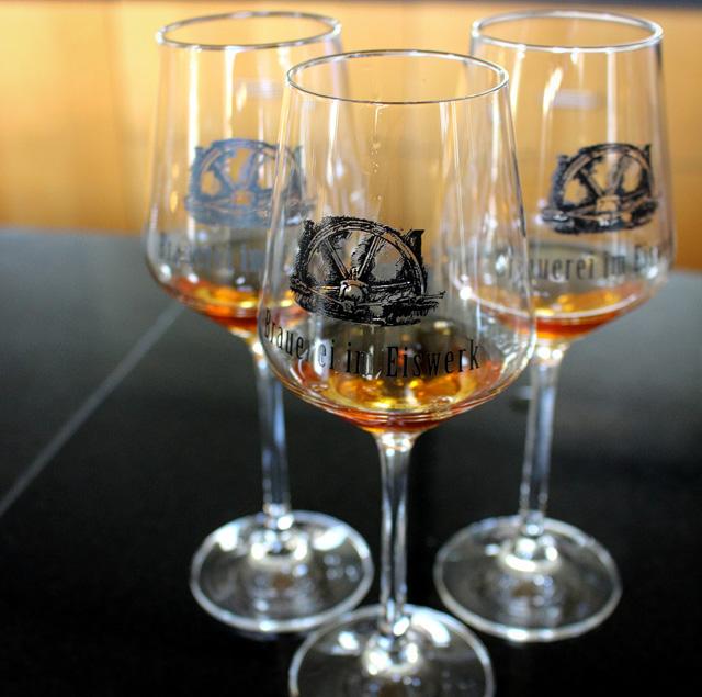 Eisbock da Brauerei im Eiswerk, microverjaria de propriedade da gigante Paulaner: 20% de álcool e mínima de 6 meses em barris usados para produção de bourbon