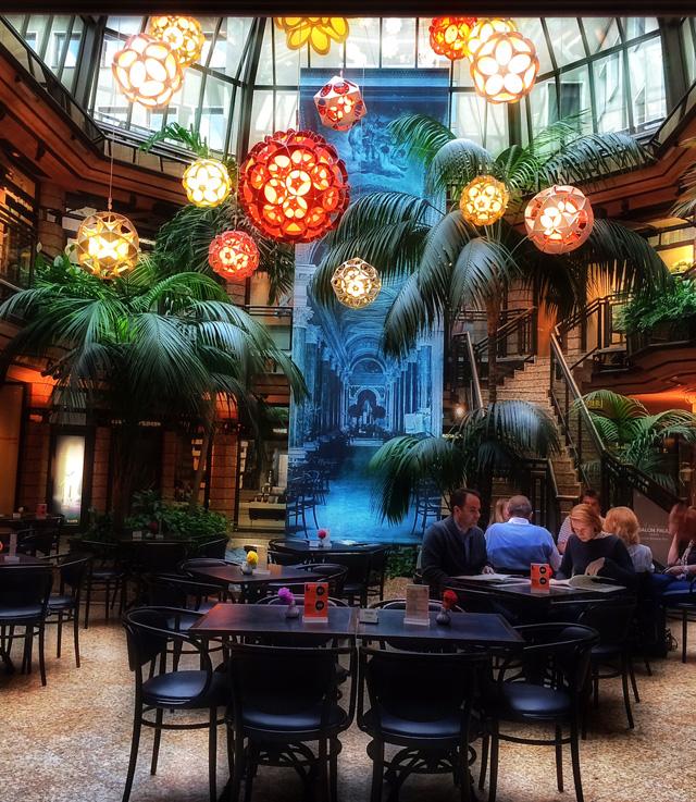 Belo salão de uma das melhores docerias/café de Munich, Luitpold
