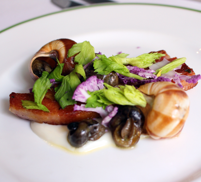 Dorset Snails com creme de couve flor  e bacon artesanal no Hix, restaurante do Brown's Hotel