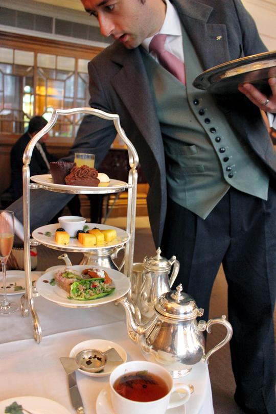 Serviço elegante do chá da tarde do Brown's