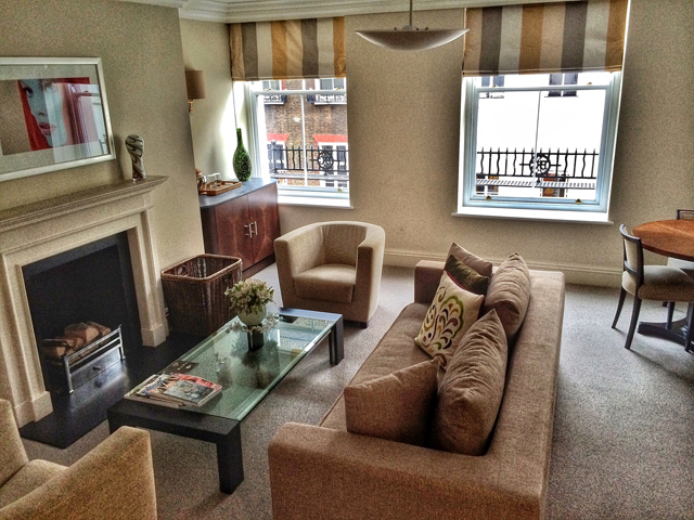 Sala da minha suíte no Brown's: linda, confortável, bem decorada e com uma lareira pra chamar de minha