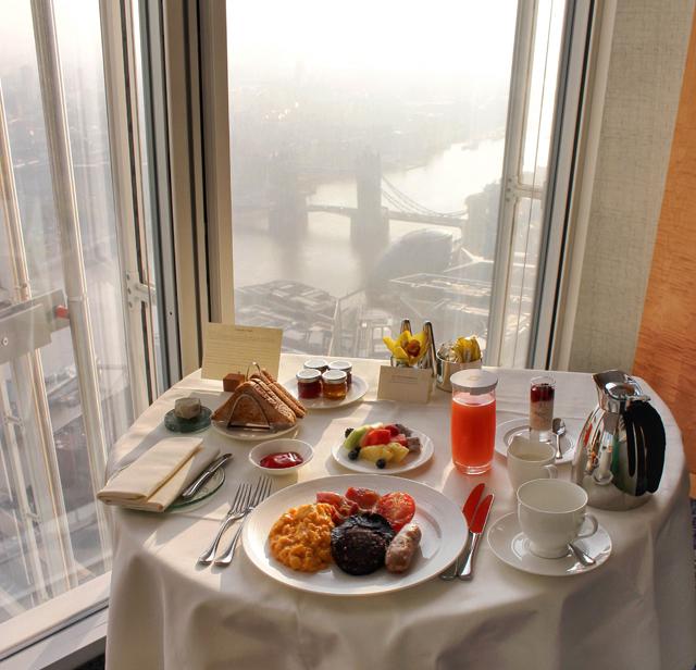 Full English breakfast no quarto, com a Tower Bridge como companhia. Dá pra dizer que é mesmo só no Shangri-La London...