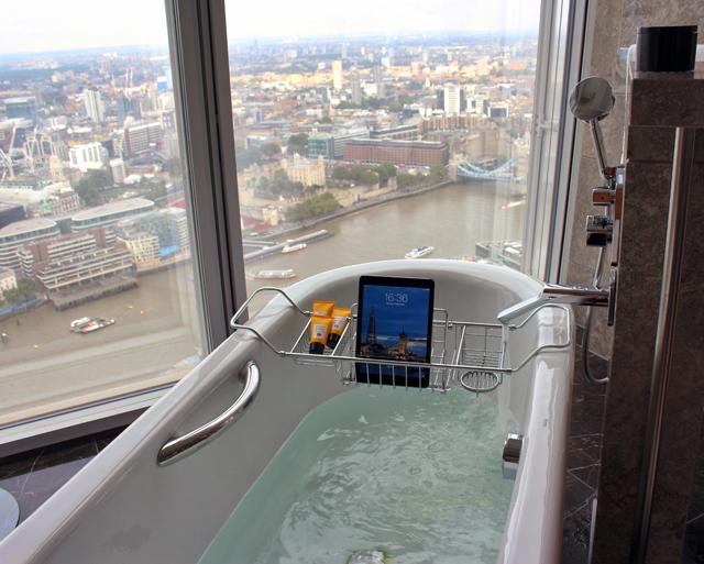 E o quiser, a não ser UAU, dessa banheira com vista para Londres? Ah, sim, o IPAD da foto é do quarto e tem acesso liberado a internet.