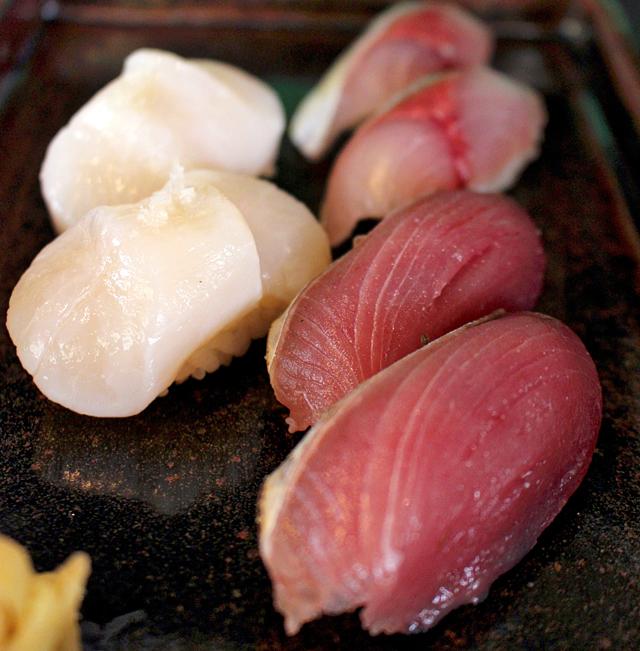 Os sushis, vendidos em dupla, tem corte de peixe e sabor e temperatura do arroz impecáveis. Aqui, vieira, robalo e serra