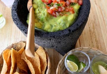 Guacamole La Central: para começar, guacamole bem temperada e totopos feitos na casa