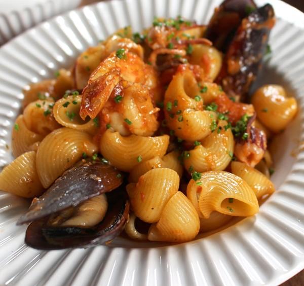 Pipe rigate com bem temperado molho apimentado, mexilhões, camarão e polvo