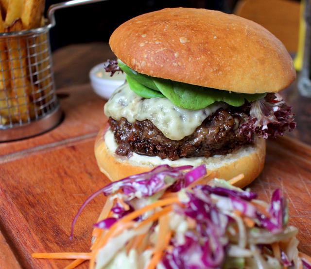 Camden Burger: hambúrguer de Angus, maionese defumada, queijo, tomate, fritas da casa e coleslaw (R$ 37)