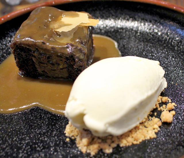 Sticky Toffee - bolo denso de tâmaras e especiarias coberto por calda toffee - escoltado por sorvete de baunilha artesanal