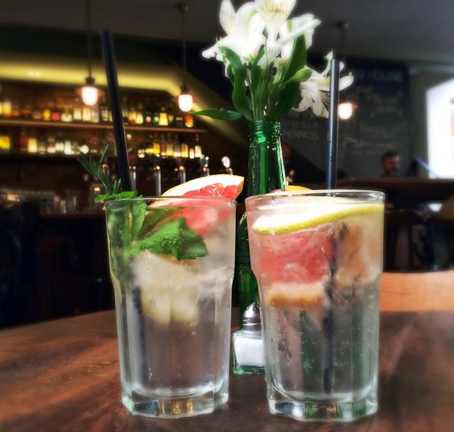 Gin tônica de Tanqueray 10 com grapefruit (R$ 29) e de Bombay Saphire com limão siciliano e ervas (R$ 25)