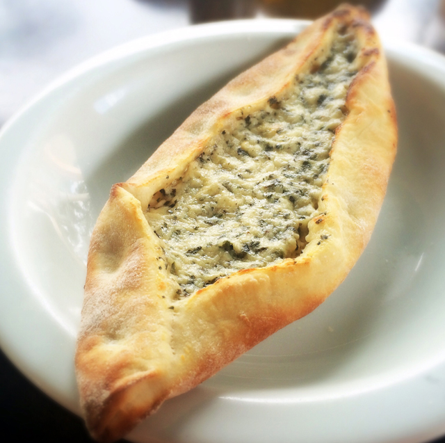 Pide - esfiha turca - de queijo temperado: imperdíveis e só servidas em 3 fornadas diárias