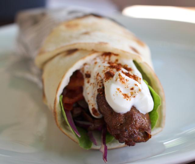 Kebab de picanha de cordeiro com folhas, salada de cebolas assadas ao limão, azeite e sumac e tomate grelhado (R$ 32)
