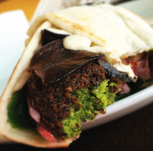 Um dos melhores falafel ever!  Aqui, Kebab de falafel feito apenas com grão de bico (não leva favas), muito coentro, salsinha e especiais, hommus, taratour, folhas, cebolas assadas ao limão, azeite e sumac, tomate fresco e berinjelas fritas