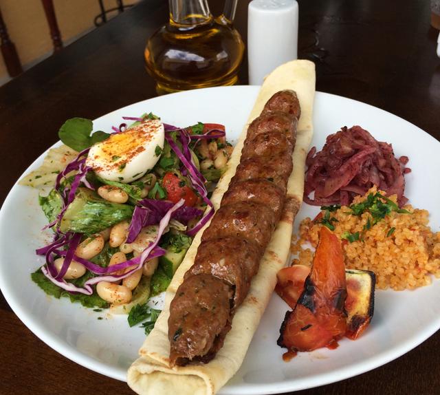 Prato que levou diretamente para as ruas de Istambul: salada turca, shish (espeto) de cordeiro refogado e bulgur pilavi (R$ 31)