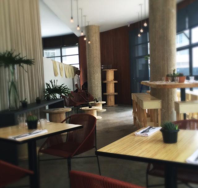Ambiente do La Central: decoração moderna e clean