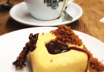 O delicioso e delicado cheesecake com abóbora e sálvia, finalizado com caramelo salgado, do Frenchie To Go