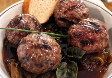 Almôndegas assadas de carne ao molho de uva (R$ 28)