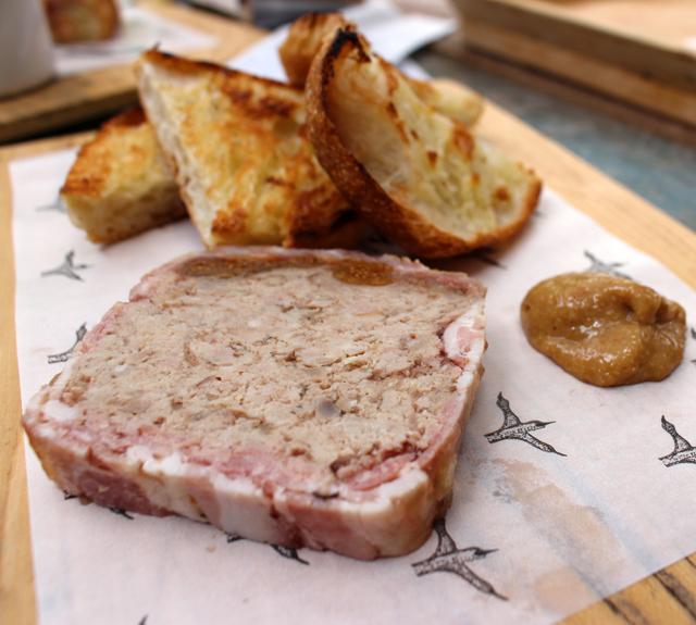 Excelente terrine de porco, vitelo e figo acompanhada de pão tostadinho - feito na casa, claro - e mostarda com figo