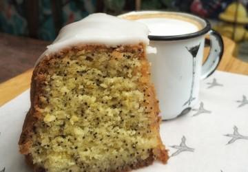 Bolo de limão com semente de papoula e café com espuma de leite