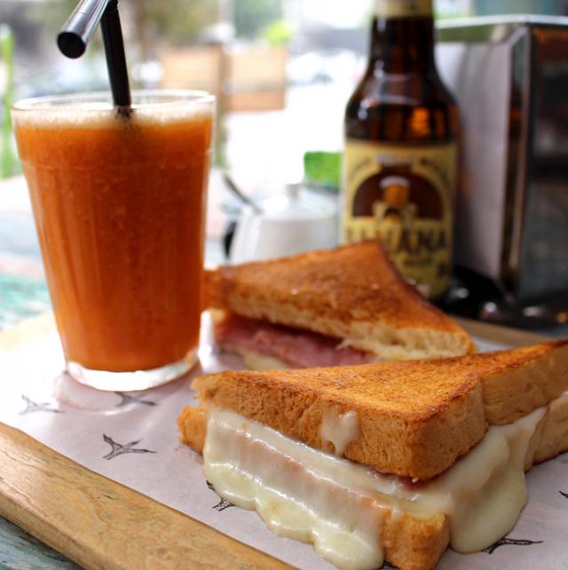 Tostex de pão de forma da casa com presunto e queijo meia cura: o trivial, bem feitíssimo
