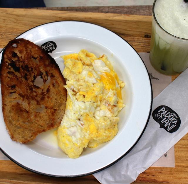 Excelentes ovos mexidos com queijo, pão da casa torrado e suco de limão, gengibre e hortelã