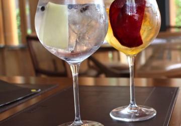 Ginginger (Gin Tanqueray, tônica 1742, gengibre e zimbro, R$ 25) e Yellow Submarine (gin Saffron, Tônica, beterraba e bitter de alecrim, R$ 32)