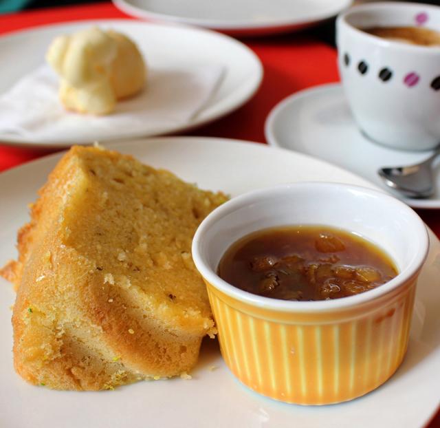 Bolo da Fazenda - de fubá com maravilhosa compota de laranja -, pão de queijo e espresso para começar o dia