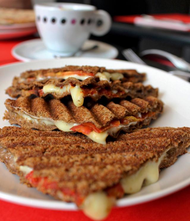 Uma das sugestões para o café da manhã é o Tostex de pão de miga com queijo minas e tomate (R$ 14)
