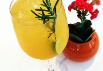 Caipira, do Attimo (Tanqueray infusionado com limão siciliano e alecrim, suco de maracujá e espumante, R$ 28)
