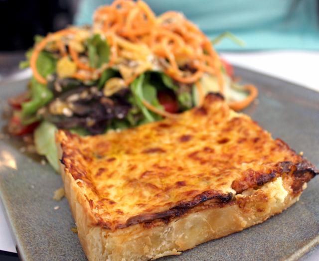 Quiche de cogumelos e salada: menu executivo da A Torteria